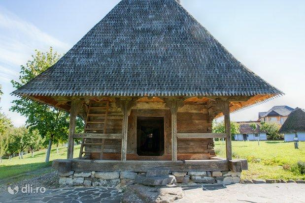 bisericuta-din-lemn-din-muzeul-satului-osenesc-din-negresti-oas-judetul-satu-mare-vedere-din-spate.jpg