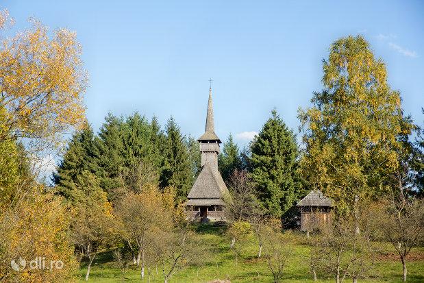 bisericuta-din-lemn-muzeul-satului-din-sighetu-marmatiei-judetul-maramures.jpg
