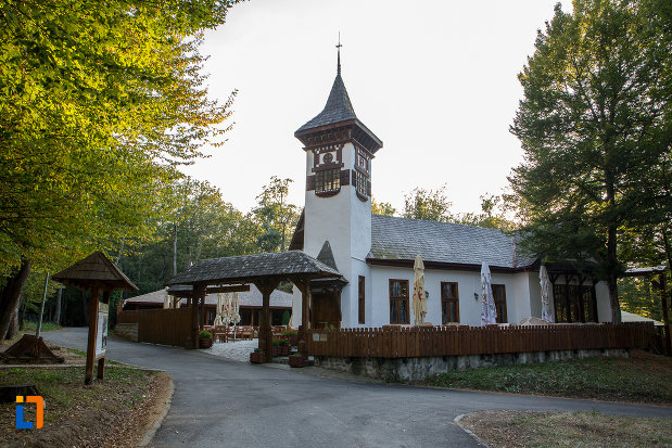 bisericuta-din-muzeul-civilizatiei-populare-traditionale-astra-din-sibiu-judetul-sibiu.jpg