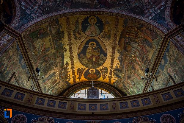 bolta-iluminata-din-catedrala-mitropolitana-sf-treime-din-sibiu-judetul-sibiu.jpg