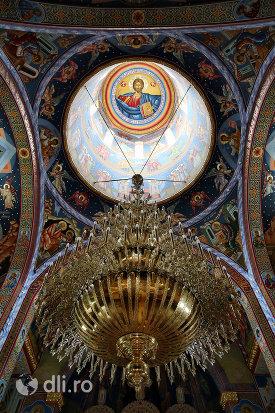 bolta-pictata-si-lustra-din-biserica-sfantul-dimitri-izvoratorul-din-carei-judetul-satu-mare.jpg