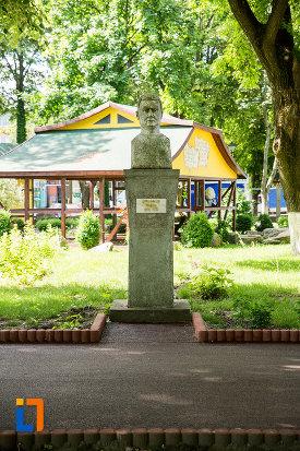 bust-amplasat-in-gradina-publica-sau-parcul-central-din-tecuci-judetul-galati.jpg