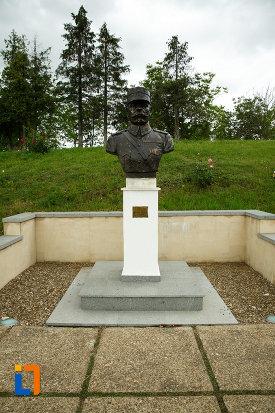 bust-de-general-de-la-mausoleul-eroilor-din-1916-1919-de-la-marasesti-judetul-vrancea.jpg