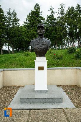 bust-de-ofiter-de-la-mausoleul-eroilor-din-1916-1919-de-la-marasesti-judetul-vrancea.jpg