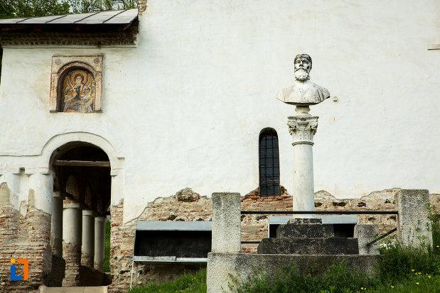 bust-din-curtea-de-la-manastirea-sf-voievozi-din-baia-de-arama-judetul-mehedinti.jpg