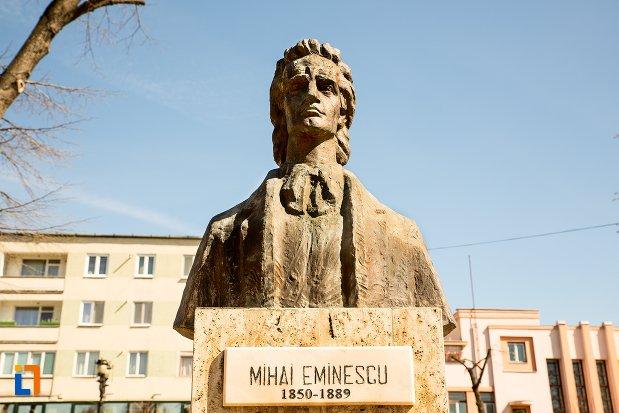 bust-mihai-eminescu-grupul-statuar-din-fata-casei-de-cultura-a-studentilor-din-alba-iulia-judetul-alba.jpg