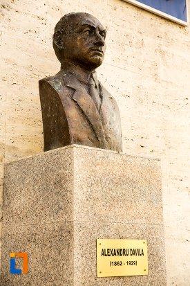 bustul-de-la-teatru-alexandru-davila-din-pitesti-judetul-arges.jpg