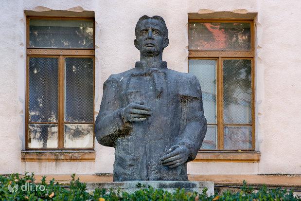 bustul-iuliu-maniu-colegiul-reformat-azi-colegiul-national-silvania-din-zalau-judetul-salaj.jpg
