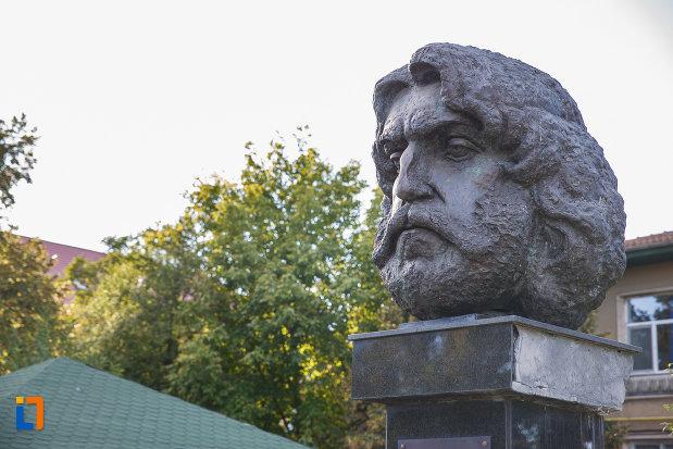 bustul-lui-adrian-paunescu-din-mizil-judetul-prahova-vazut-din-lateral.jpg