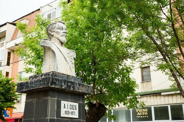 bustul-lui-al-ioan-cuza-din-corabia-judetul-olt-vazut-din-lateral.jpg