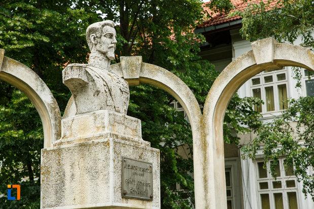 bustul-lui-alexandru-ioan-cuza-din-focsani-judetul-vrancea-vazut-din-lateral.jpg