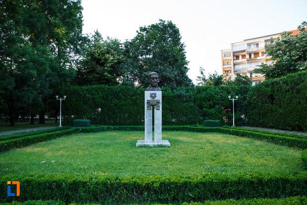 bustul-lui-alexandru-mocioni-din-timisoara-judetul-timis-in-parcul-central.jpg