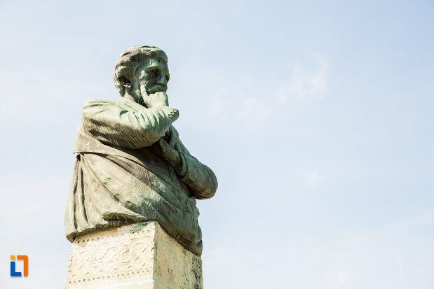 bustul-lui-alexandru-vlahuta-din-ramnicu-sarat-judetul-buzau-vazut-din-lateral.jpg