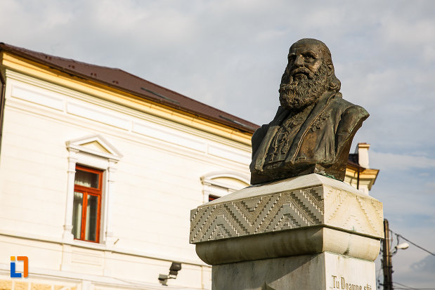 bustul-lui-andrei-saguna-din-hateg-judetul-hunedoara-vazut-din-dreapta.jpg