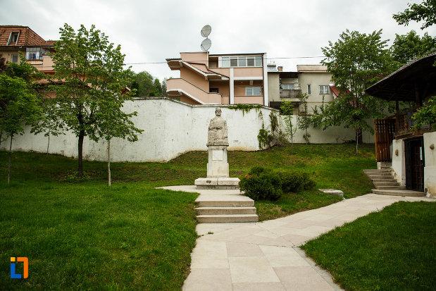 bustul-lui-anton-pann-din-ramnicu-valcea-judetul-valcea-in-curta-casei-memoriale.jpg