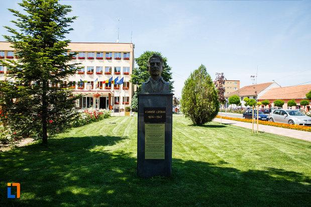bustul-lui-atanasie-lipovan-din-sannicolau-mare-judetul-timis-amplasat-in-piata-centrala.jpg