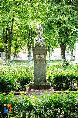 bustul-lui-berza-gradina-publica-sau-parcul-central-din-tecuci-judetul-galati.jpg