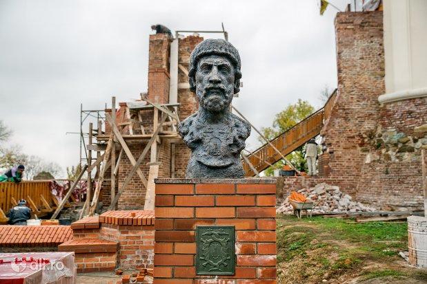bustul-lui-bratolomeu-dragfi-cetatea-din-ardud-judetul-satu-mare.jpg