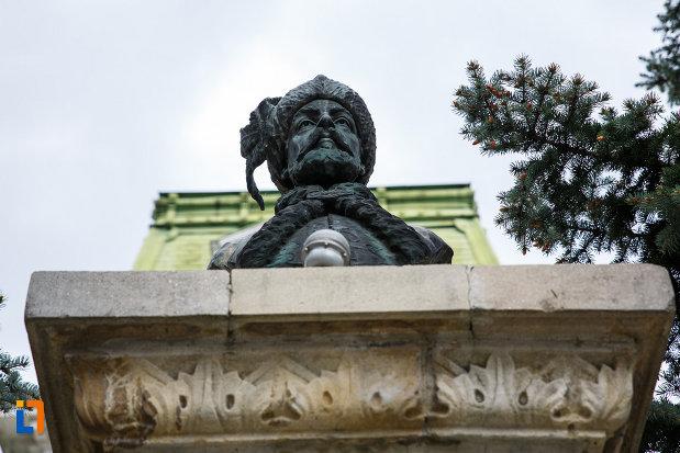 bustul-lui-constantin-brancoveanu-din-ramnicu-valcea-judetul-valcea-vazut-de-jos.jpg
