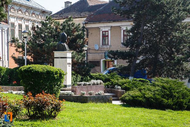 bustul-lui-decebal-din-orastie-judetul-hunedoara-incadrat-intr-un-parc-central.jpg