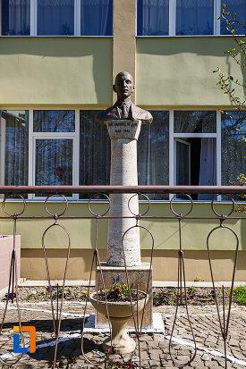 bustul-lui-dr-aurel-vlad-din-orastie-judetul-hunedoara.jpg