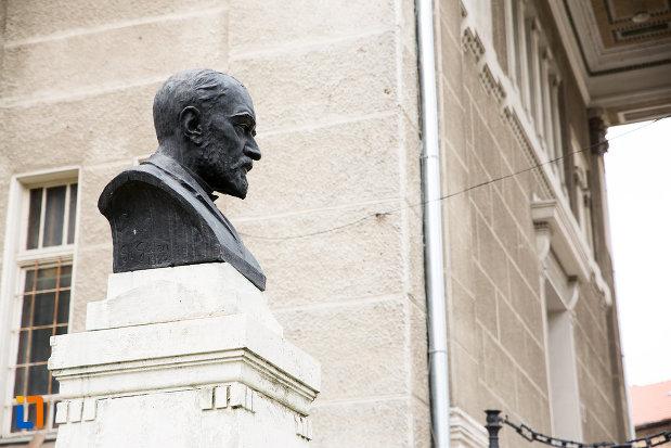 bustul-lui-george-cosbuc-din-arad-judetul-arad-vazut-din-lateral.jpg