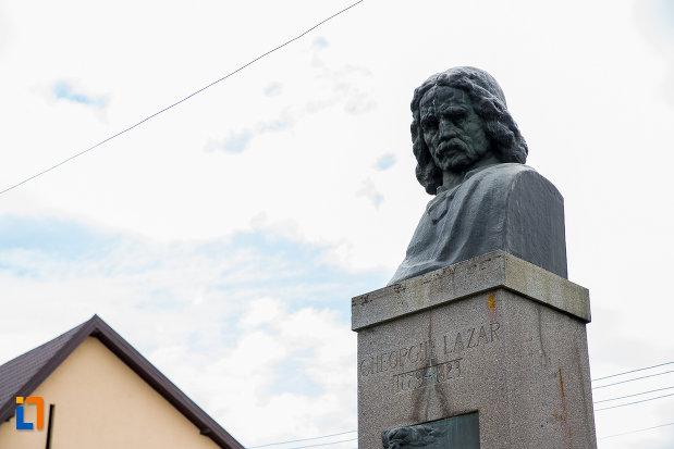 bustul-lui-gheorghe-lazar-din-avrig-judetul-sibiu-vazut-din-apropiere.jpg
