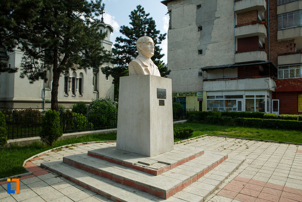 bustul-lui-gib-i-mihaescu-din-dragasani-judetul-valcea-vazut-din-lateral.jpg