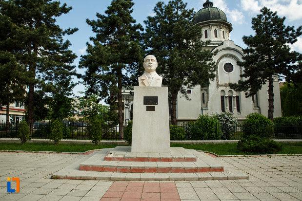 bustul-lui-gib-i-mihaescu-din-dragasani-judetul-valcea.jpg