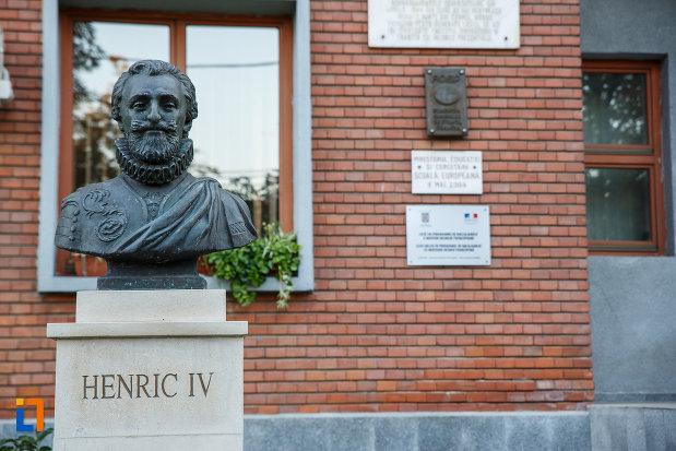 bustul-lui-henric-al-iv-lea-de-la-liceul-sf-petru-si-pavel-azi-colegiul-national-mihai-viteazul-din-ploiesti-judetul-prahova.jpg