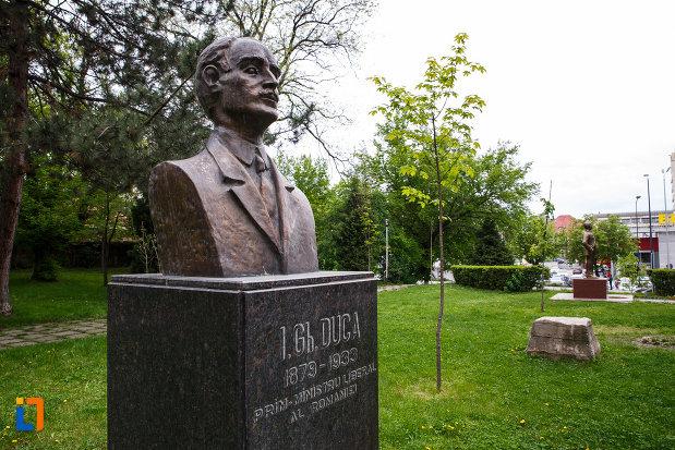 bustul-lui-i-gh-duca-din-ramnicu-valcea-judetul-valcea-imagine-din-lateral.jpg