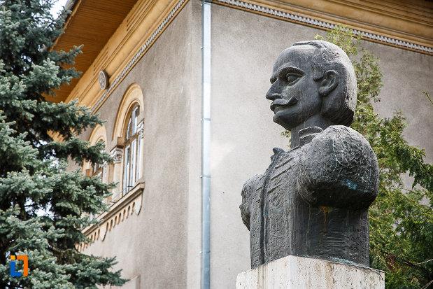bustul-lui-iancu-de-hunedoara-judetul-hunedoara-vazut-din-lateral.jpg