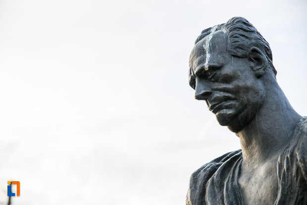 bustul-lui-lucian-blaga-din-sebes-judetul-alba-vazut-din-lateral.jpg