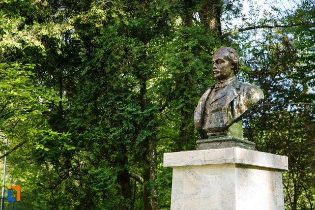 bustul-lui-mihai-eminescu-din-baile-govora-judetul-valcea-vazut-din-lateral.jpg