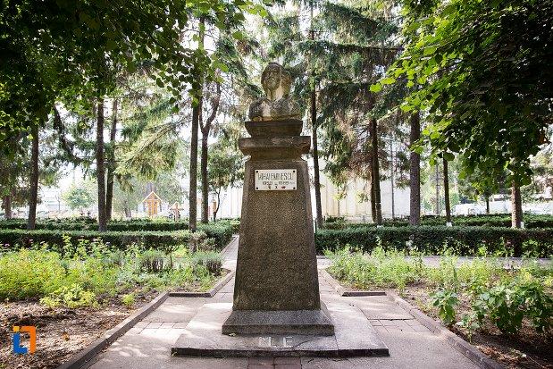 bustul-lui-mihai-eminescu-din-darabani-judetul-botosani.jpg