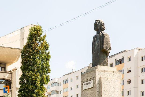 bustul-lui-mihai-eminescu-din-fata-teatrului-din-botosani-judetul-botosani.jpg
