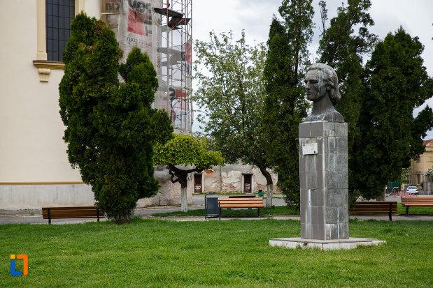 bustul-lui-mihai-eminescu-din-lugoj-judetul-timis-vazut-din-lateral.jpg