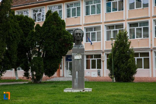 bustul-lui-mihai-eminescu-din-lugoj-judetul-timis.jpg