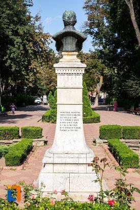 bustul-lui-mihai-eminescu-din-parcul-m-eminescu-din-botosani-judetul-botosani-vazut-din-spate.jpg