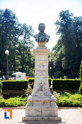 bustul-lui-mihai-eminescu-din-parcul-m-eminescu-din-botosani-judetul-botosani.jpg