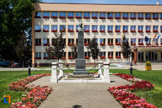 bustul-lui-mihai-eminescu-din-sannicolau-mare-judetul-timis-aflat-in-zona-primariei.jpg