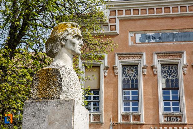 bustul-lui-mihai-eminescu-din-sebes-judetul-alba-din-lateral.jpg