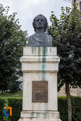 bustul-lui-mihai-eminescu-din-suceava-judetul-suceava-vazut-din-fata.jpg