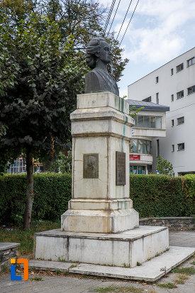 bustul-lui-mihai-eminescu-din-suceava-judetul-suceava-vazut-din-lateral.jpg