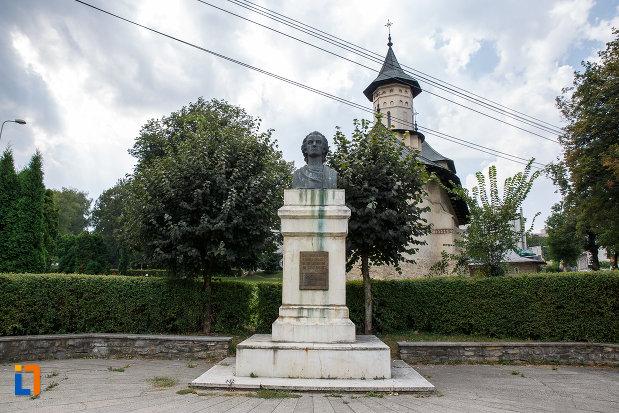 bustul-lui-mihai-eminescu-din-suceava-judetul-suceava.jpg