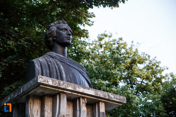bustul-lui-mihai-eminescu-din-timisoara-judetul-timis-pozat-din-lateral.jpg