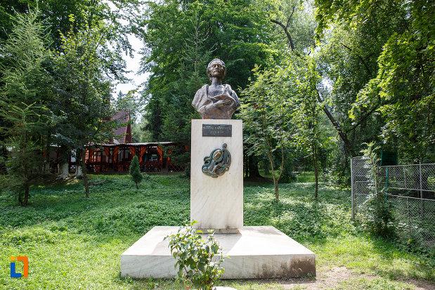 bustul-lui-mihai-eminescu-grupul-statuar-din-vatra-dornei-judetul-suceava.jpg