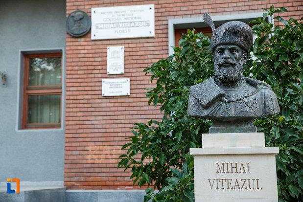 bustul-lui-mihai-viteazul-de-la-liceul-sf-petru-si-pavel-azi-colegiul-national-mihai-viteazul-din-ploiesti-judetul-prahova.jpg