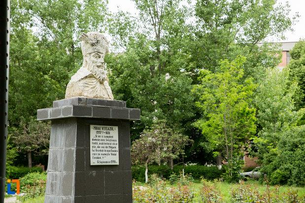 bustul-lui-mihai-viteazul-din-corabia-judetul-olt-fotografiata-din-lateral.jpg