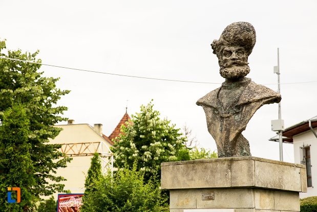 bustul-lui-mihai-viteazul-din-curtea-de-arges-judetul-arges-vazut-din-lateral.jpg